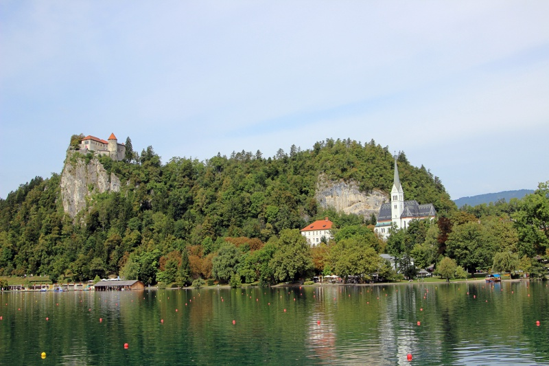 Der See von Bled mit Burg und Kircheninsel