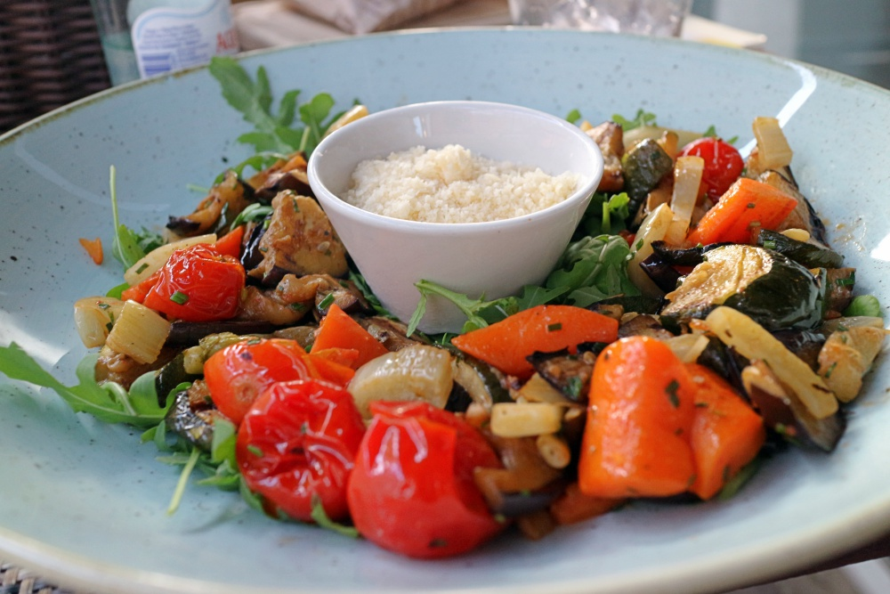 Gemüseplatte mit Parmesan
