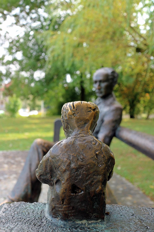 """Statue auf einer Bank im """"Tivoli"""""""
