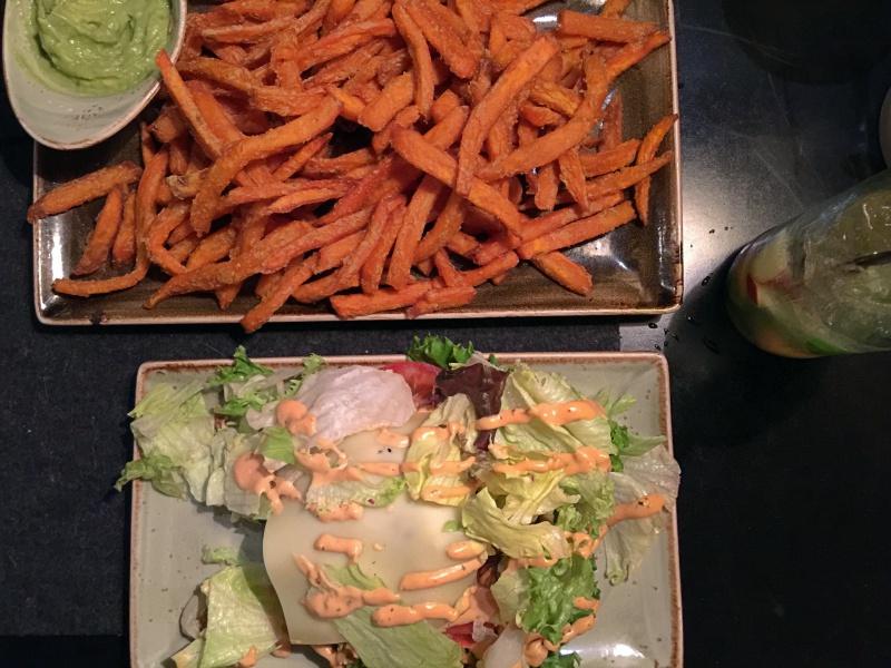 """Burger mit Süßkartoffelpommes im """"Hans im Glück"""""""