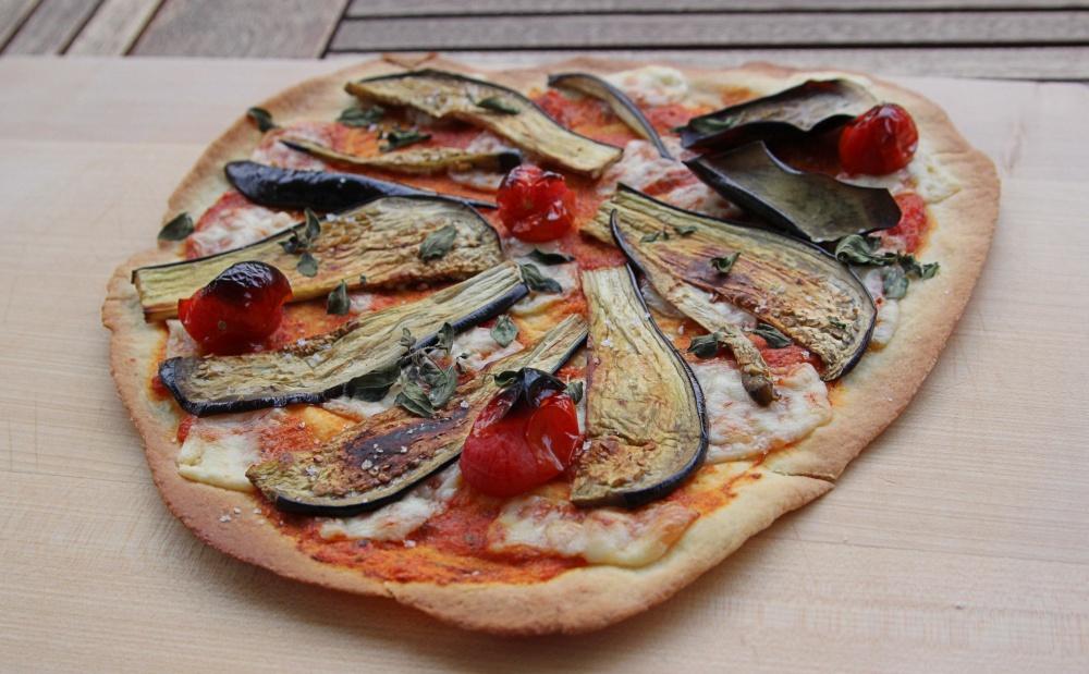 """""""Green Bonanza"""" von Mia Frogner - Pizza mit gegrillter Aubergine und Zucchini"""