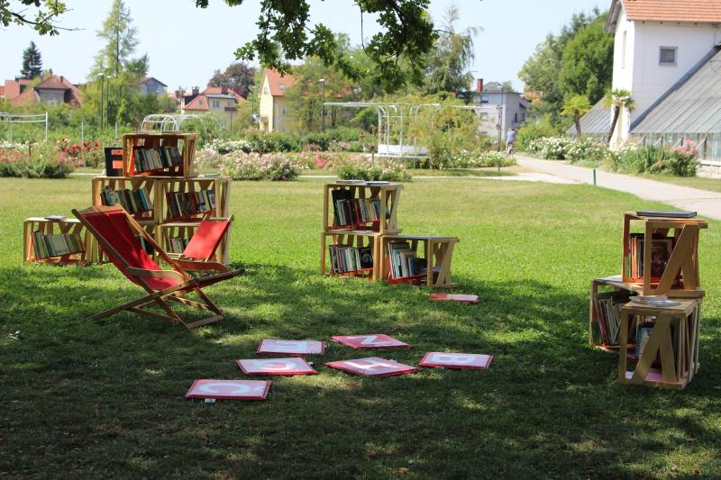 Bibliothek unter Bäumen