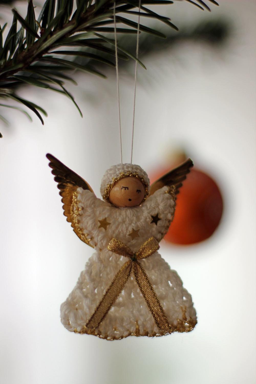 Gehäkelter Engel am Baum