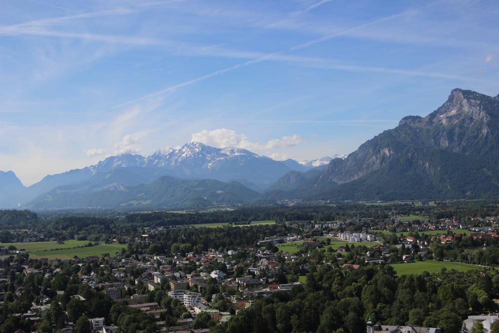 Blick von der Festung von Salzburg auf die verschneiten Berge
