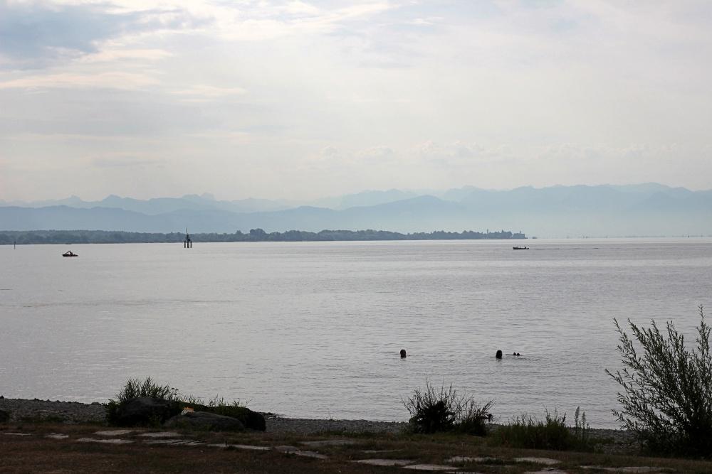 Blick auf den Bodensee vom Ufer in Friedrichshafen aus