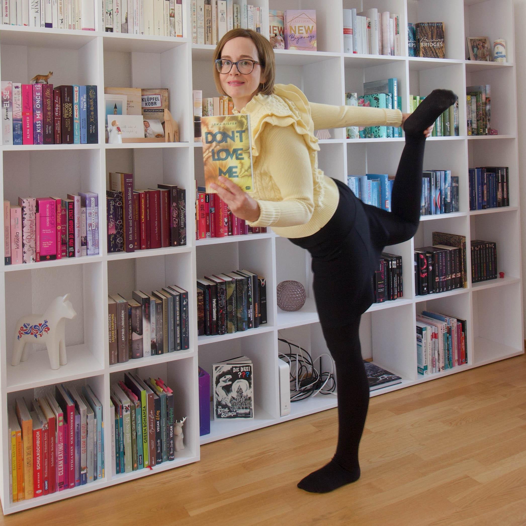 Ich beim Bücher-Yoga